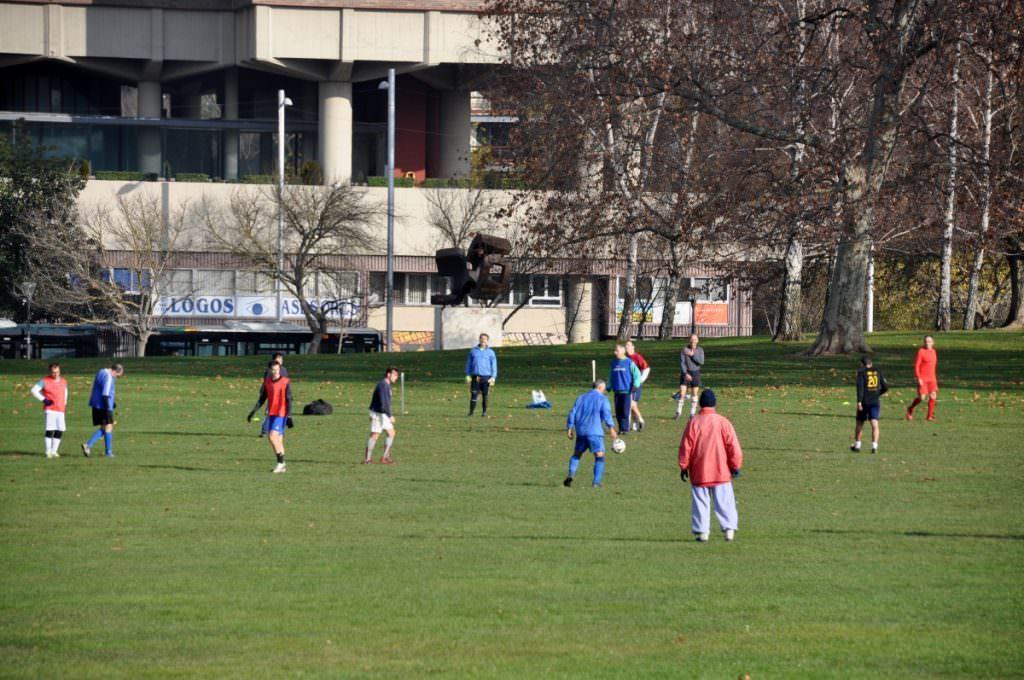 Jugando a fútbol en la Vuelta del Castillo