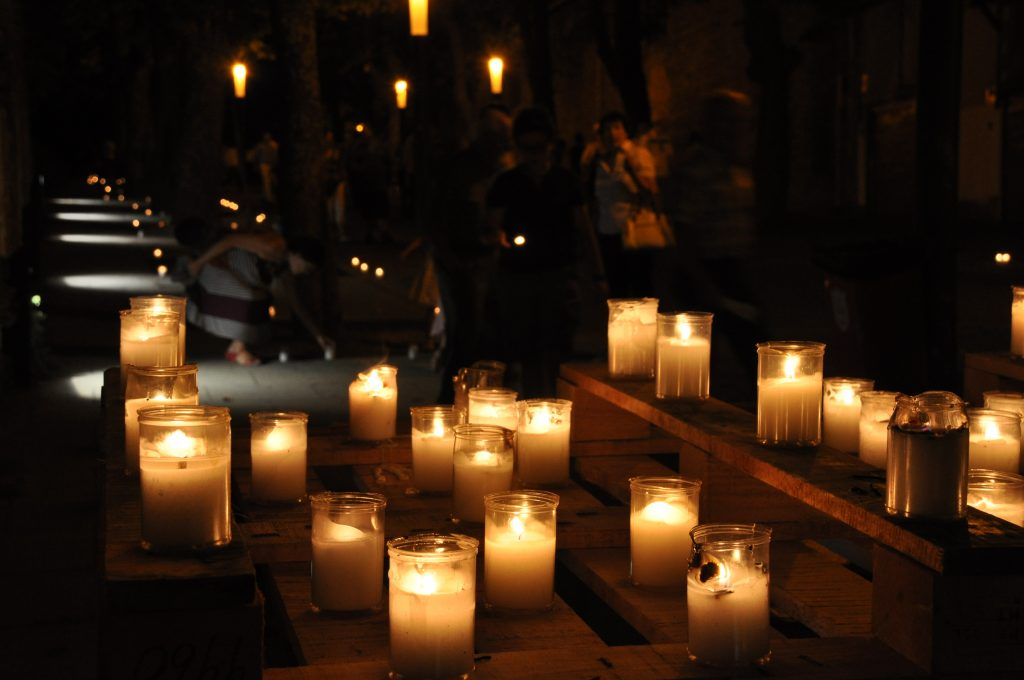 La muralla a la luz de las velas